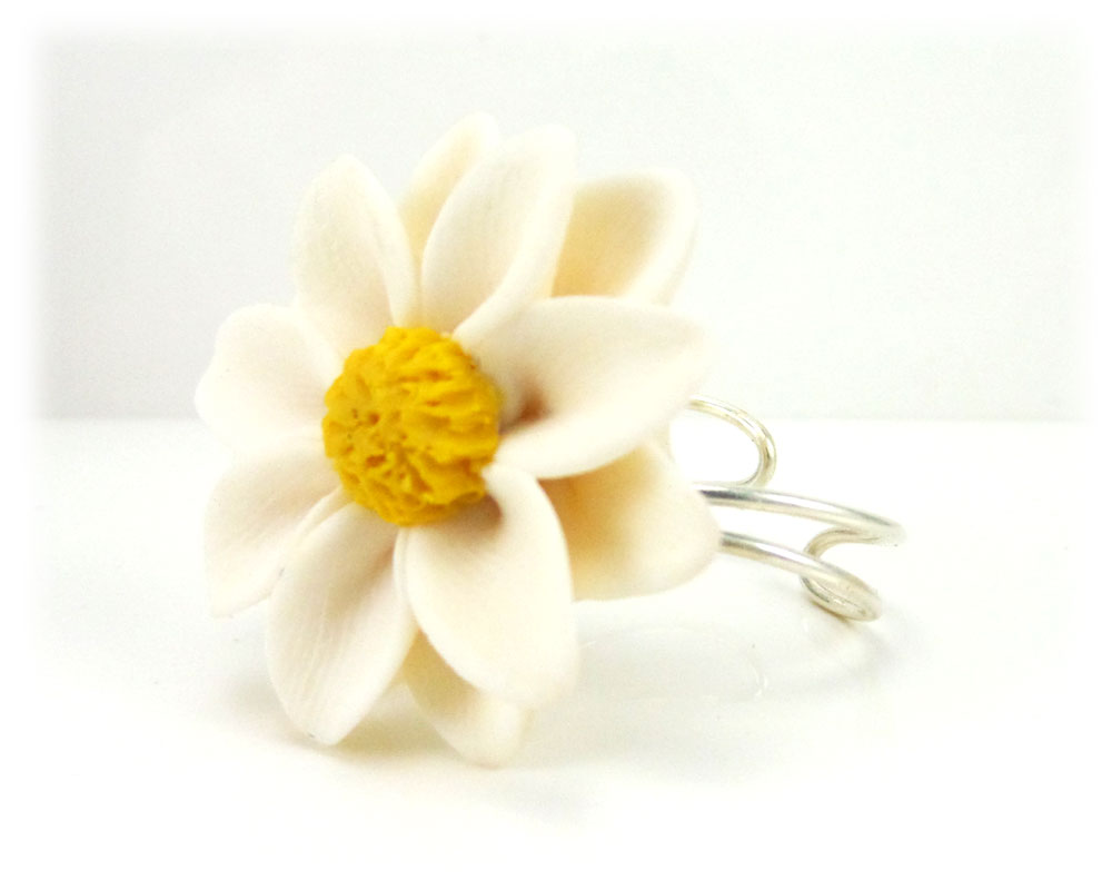 Large daisy ring large daisy adjustable flower ring izmirmasajfo Image collections